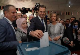 IMAGEM: Bashar al-Assad é reeleito para quarto mandato na Síria com 95,1% dos votos