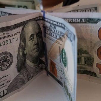 IMAGEM: Dólar opera acima de R$ 5,20 após falas golpistas de Bolsonaro