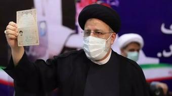 IMAGEM: Clérigo que integrou 'comissão da morte' é favorito em eleição no Irã