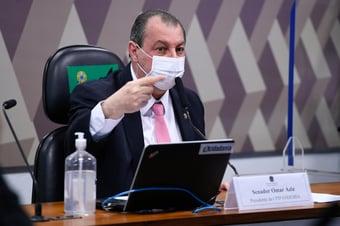 """IMAGEM: """"Seu negacionista, você induziu a morte de brasileiros"""", diz Omar a Fakhoury"""