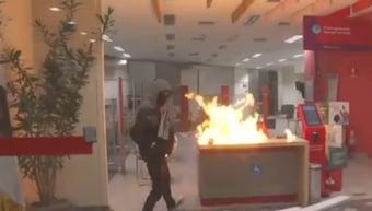 IMAGEM: Vândalos ateiam fogo em agência bancária após ato contra Bolsonaro