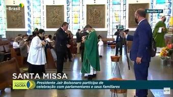 IMAGEM: Em missa transmitida pela TV Brasil, Bolsonaro comunga