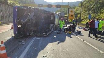 IMAGEM: Ônibus com time de futsal tomba e deixa 2 mortos e 20 feridos no Paraná