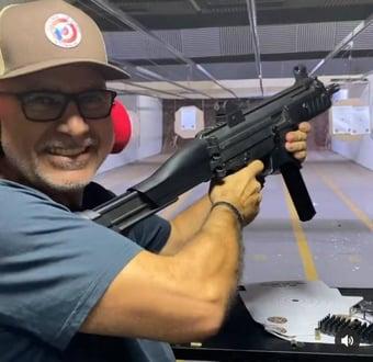 IMAGEM: Livre há 4 meses, Queiroz pratica tiro ao alvo no Rio