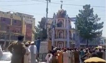 IMAGEM: Talibã mata duas pessoas em protesto contra troca de bandeira