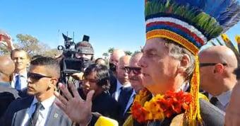 """IMAGEM: Bolsonaro imita Lula, põe cocar e diz que """"índios são exatamente iguais a nós"""""""