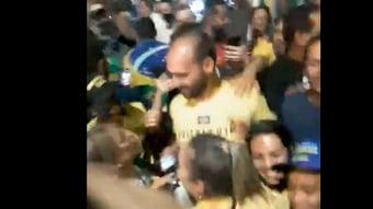 IMAGEM: Bolsonaristas avançam em direção ao Congresso; Eduardo Bolsonaro se mistura ao grupo
