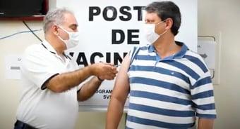 IMAGEM: Queiroga aplica 2ª dose em Tarcísio de Freitas