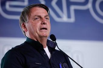 """IMAGEM: """"Quando alguém invade a tua casa, dê tiro de feijão"""", ironiza Bolsonaro"""