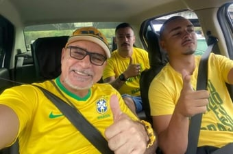 IMAGEM: Queiroz participa de ato pró-Bolsonaro no Rio