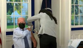 IMAGEM: Biden recebe terceira dose da vacina contra Covid