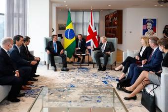 IMAGEM: Em reunião, Boris Johnson pergunta se Bolsonaro tomou vacina