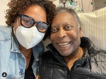 """IMAGEM: """"Ele está se recuperando bem e dentro do quadro normal"""", diz filha de Pelé"""