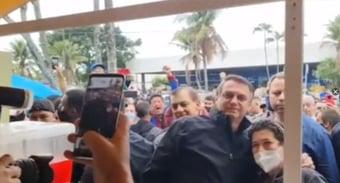 IMAGEM: Bolsonaro é multado por não usar máscara em Peruíbe