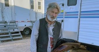 """IMAGEM: Alec Baldwin lamenta morte em set de filmagem: """"Choque e tristeza"""""""