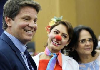 """IMAGEM: Com Michelle vestida de palhaça, governo lança campanha """"Respeitável Circo!"""""""