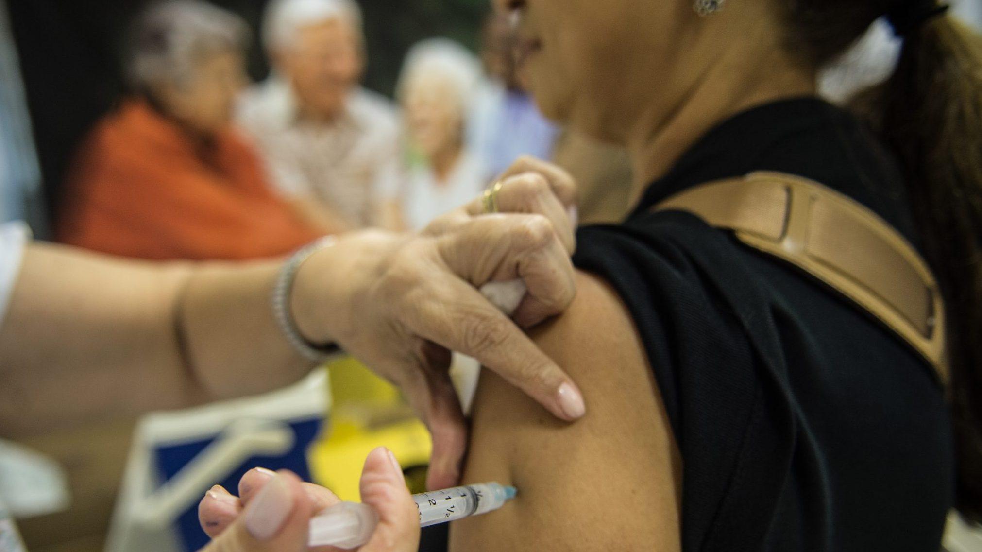 IMAGEM: Ministério da Saúde determina intervalo de 14 dias entre vacinações contra gripe e Covid-19