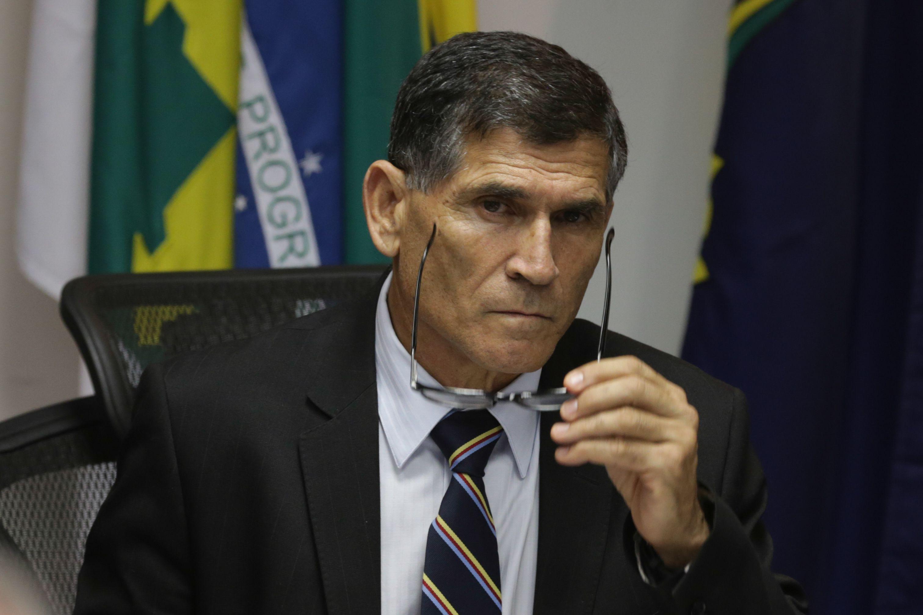 """IMAGEM: """"Militares no INSS? Não tem cabimento"""", diz Santos Cruz"""