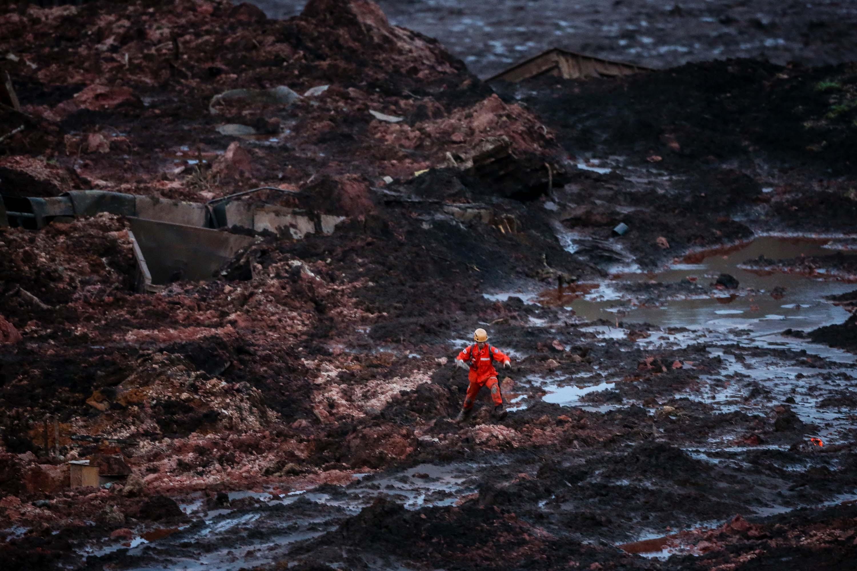 IMAGEM: Bombeiros acham mais um corpo em Brumadinho