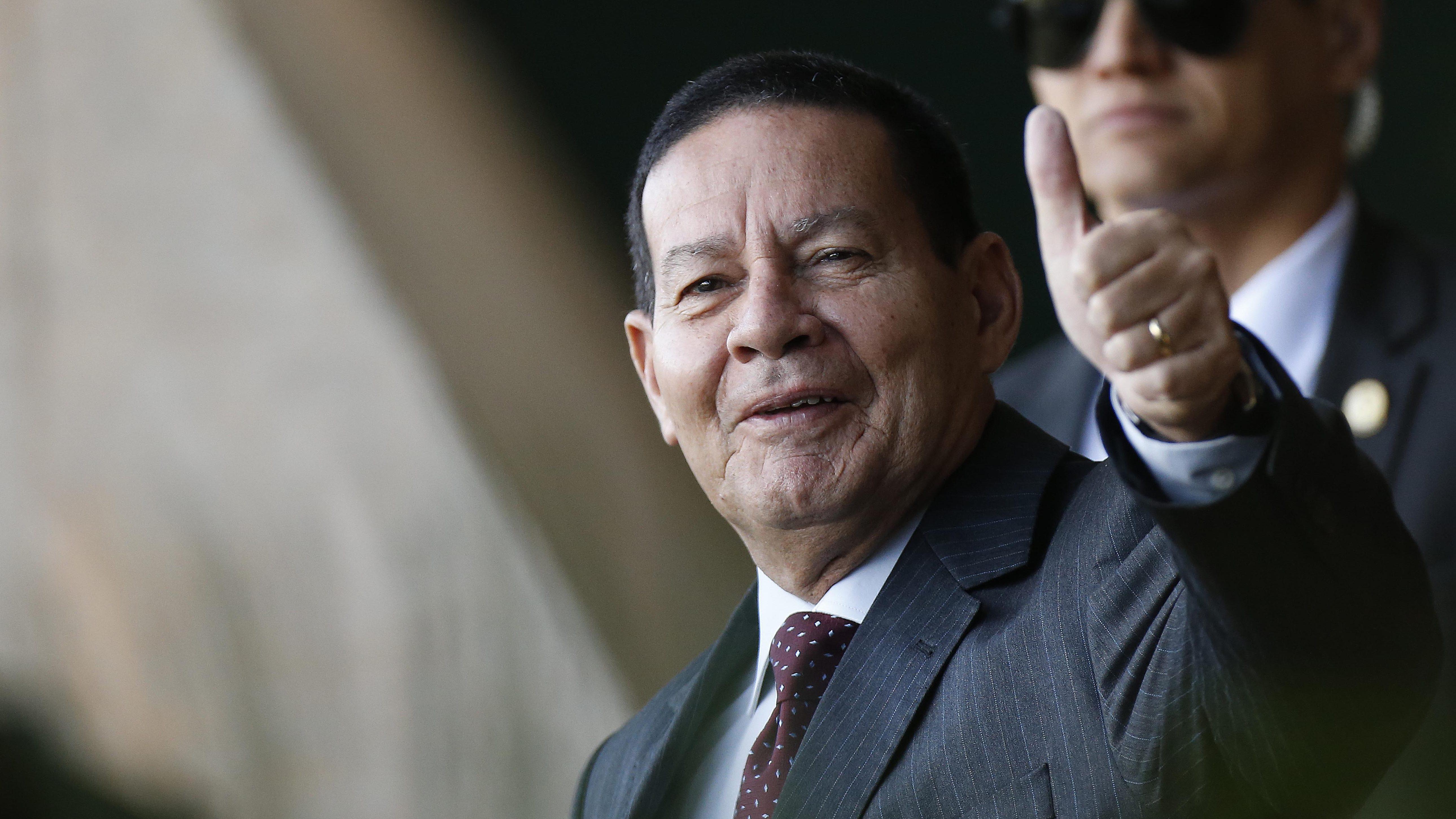 """IMAGEM: """"Imposto do pecado"""" de Guedes é """"balão de ensaio"""", diz Mourão"""