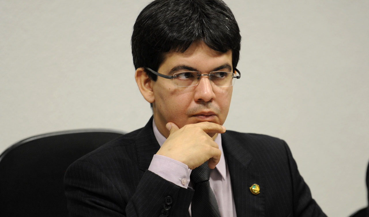 IMAGEM: Randolfe coleta assinaturas para CPI do Apagão do Amapá