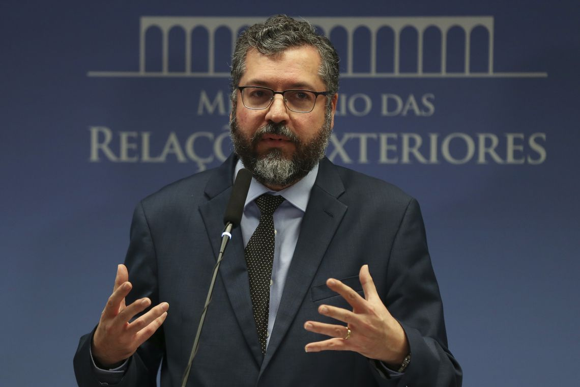 IMAGEM: Bolsonaro levou Deus a Davos, diz Ernesto Araújo