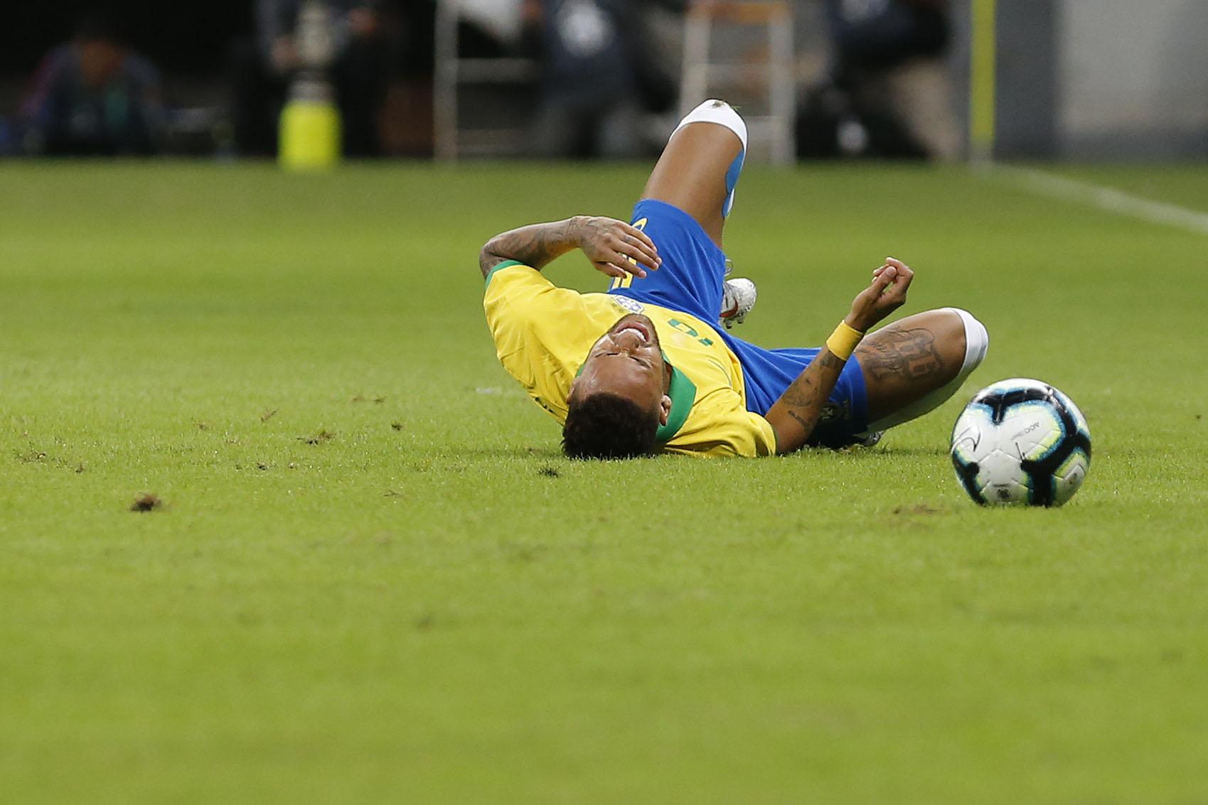 "IMAGEM: Najila ironiza Neymar: ""Driblando e caindo"""