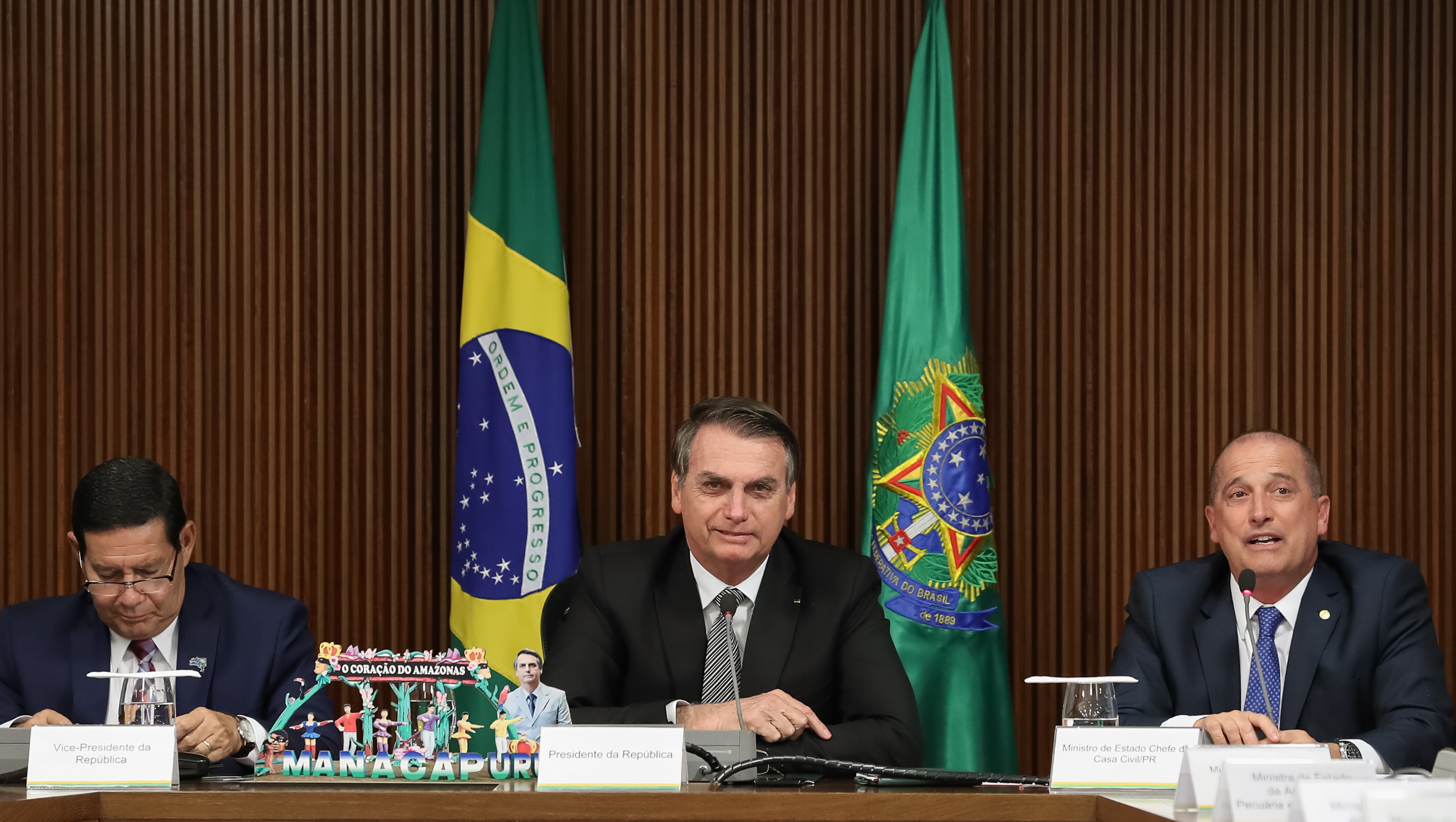 IMAGEM: Bolsonaro, o povo e o Exército
