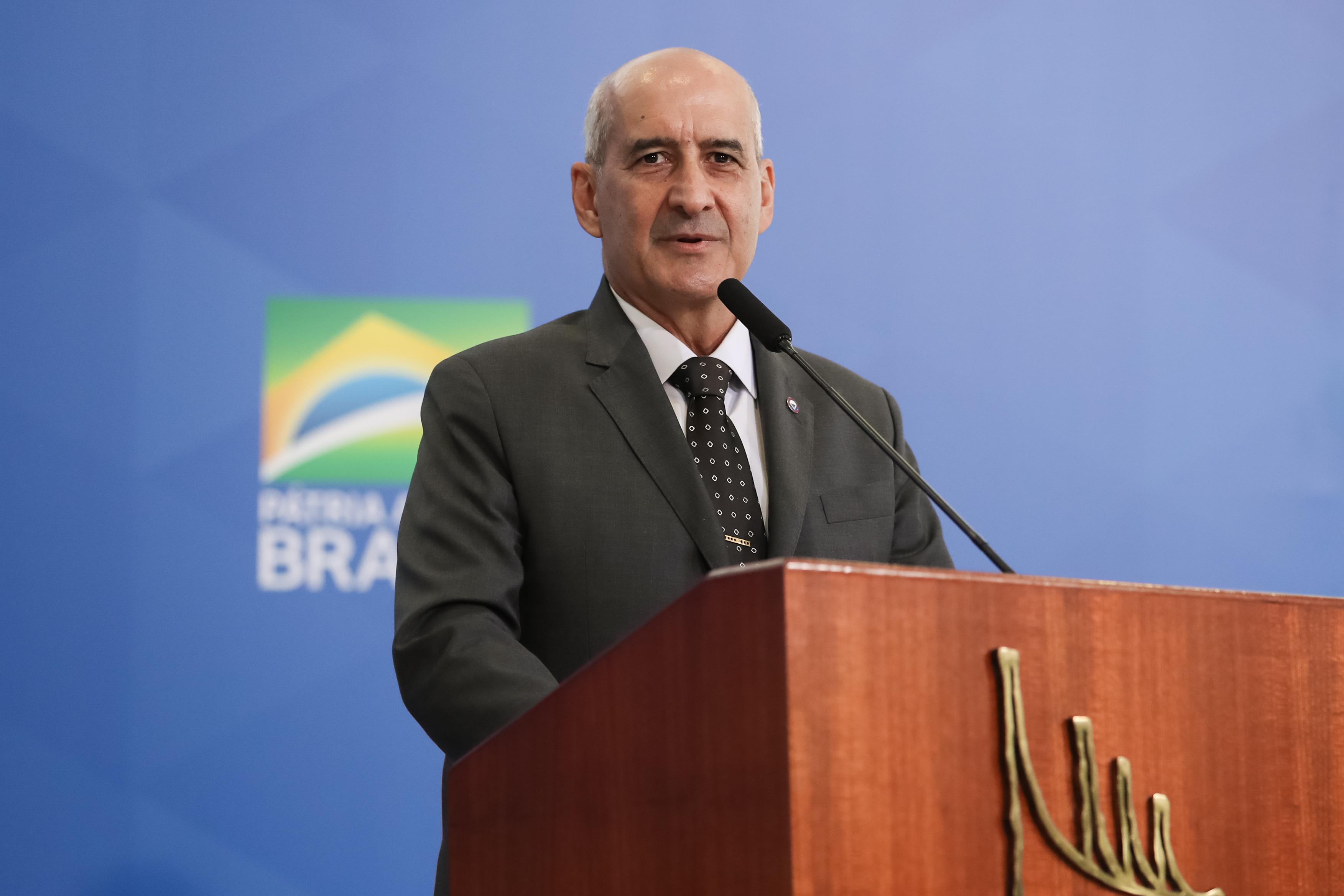 IMAGEM: Sem alarde, mais um ministro de Bolsonaro toma vacina