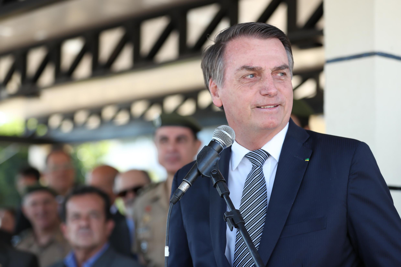 """IMAGEM: Bolsonaro fala do """"anão"""" que vive embaixo da mesa presidencial"""