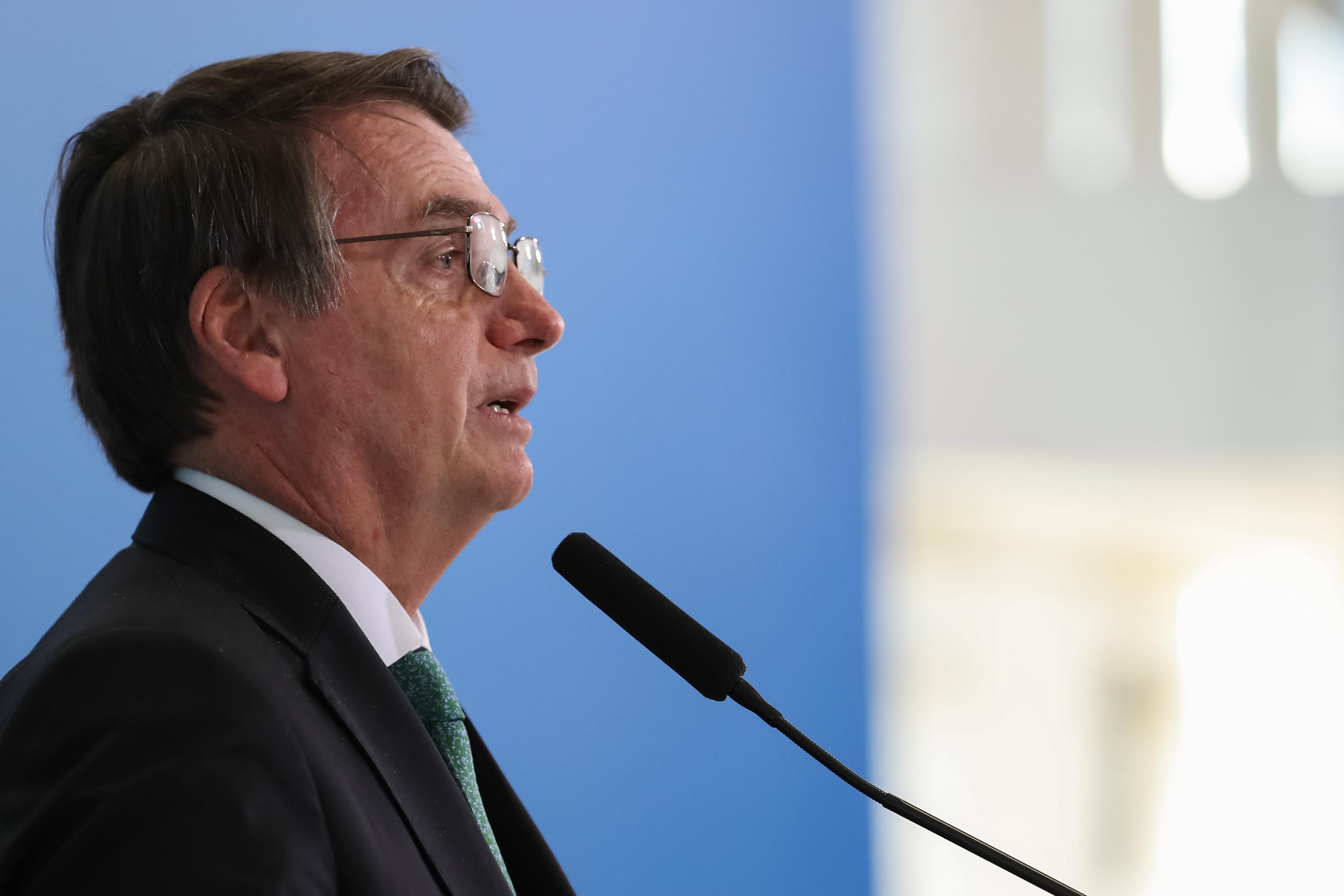 """IMAGEM: Bolsonaro diz que resgatou """"a honra de um grande coronel"""""""