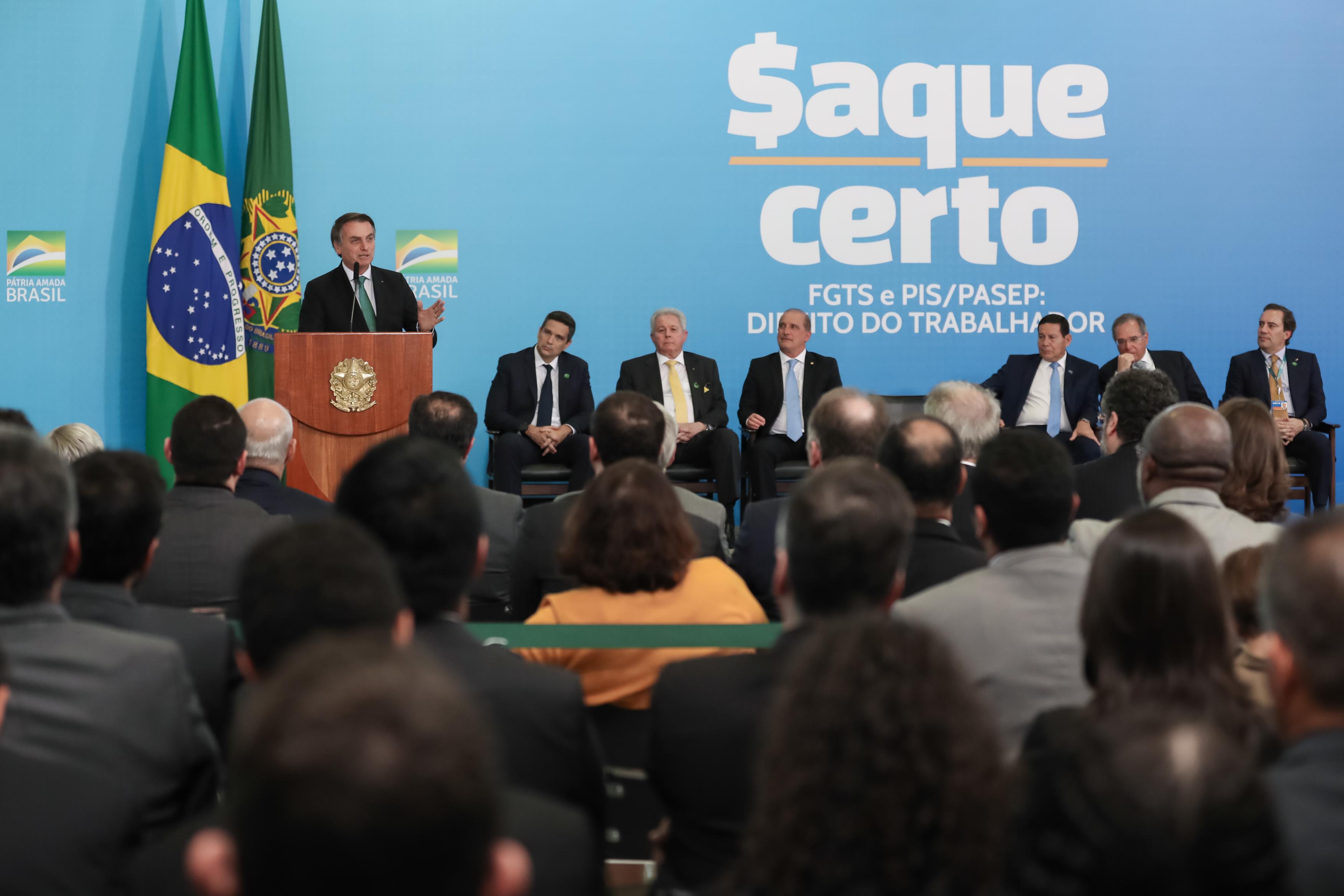 IMAGEM: Bolsonaro sanciona lei que aumenta limite para saque do FGTS