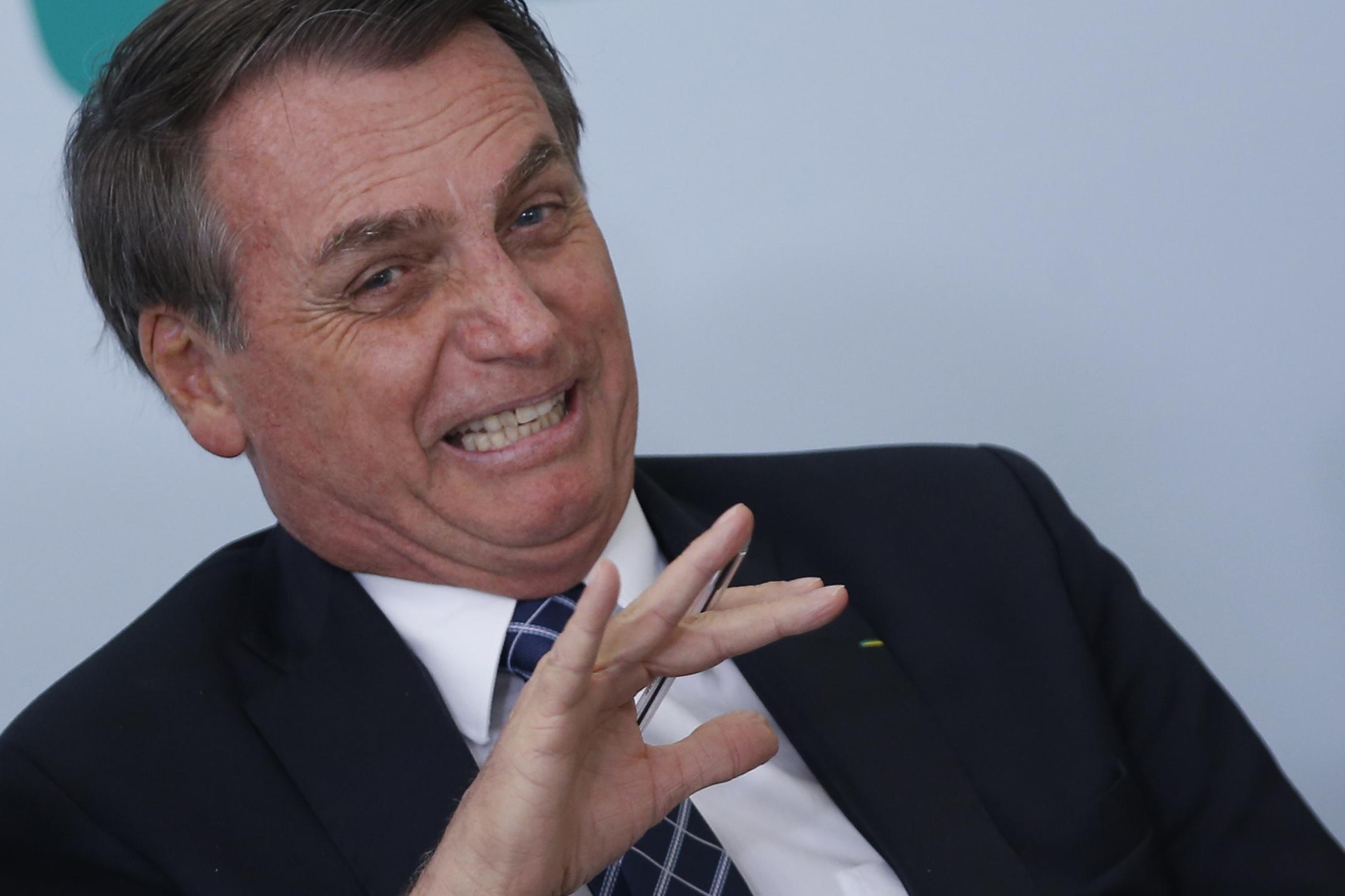 IMAGEM: Bolsonaro contra o 'cocozinho petrificado' do índio