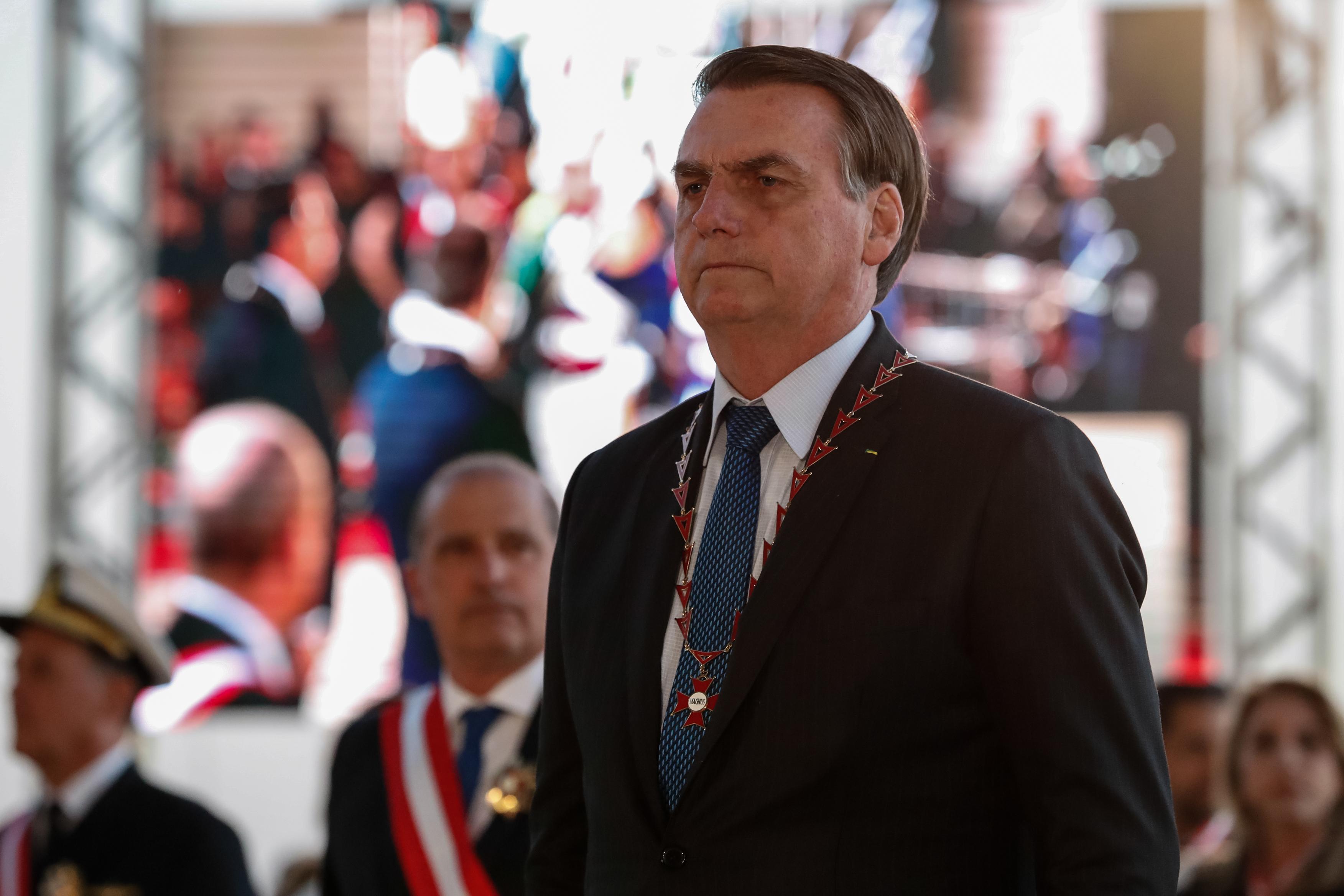 IMAGEM: Bolsonaro dentro do armário