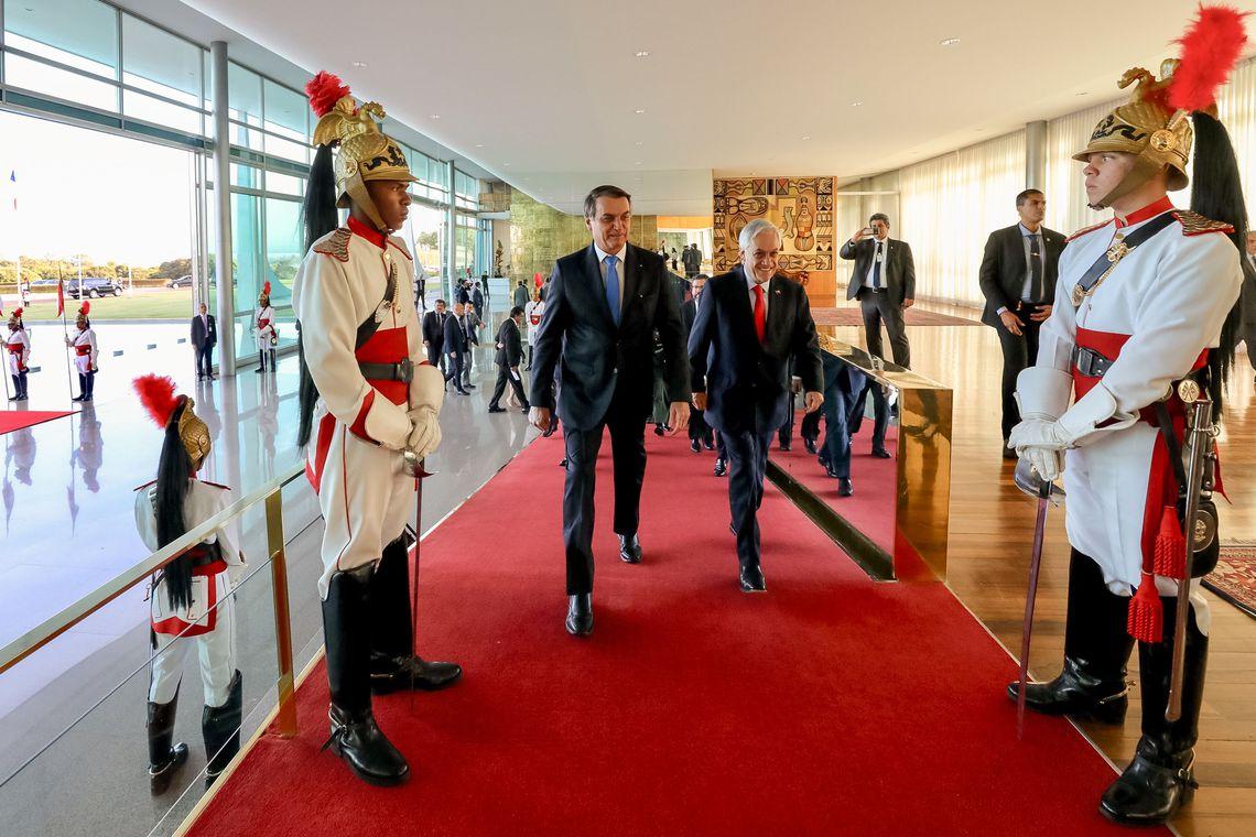 IMAGEM: Bolsonaro oferece ajuda do Brasil na busca por avião chileno