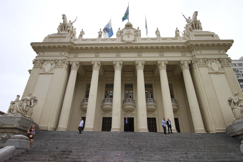 IMAGEM: Alerj aprova projeto que prevê caixão com visor para vítimas de Covid-19