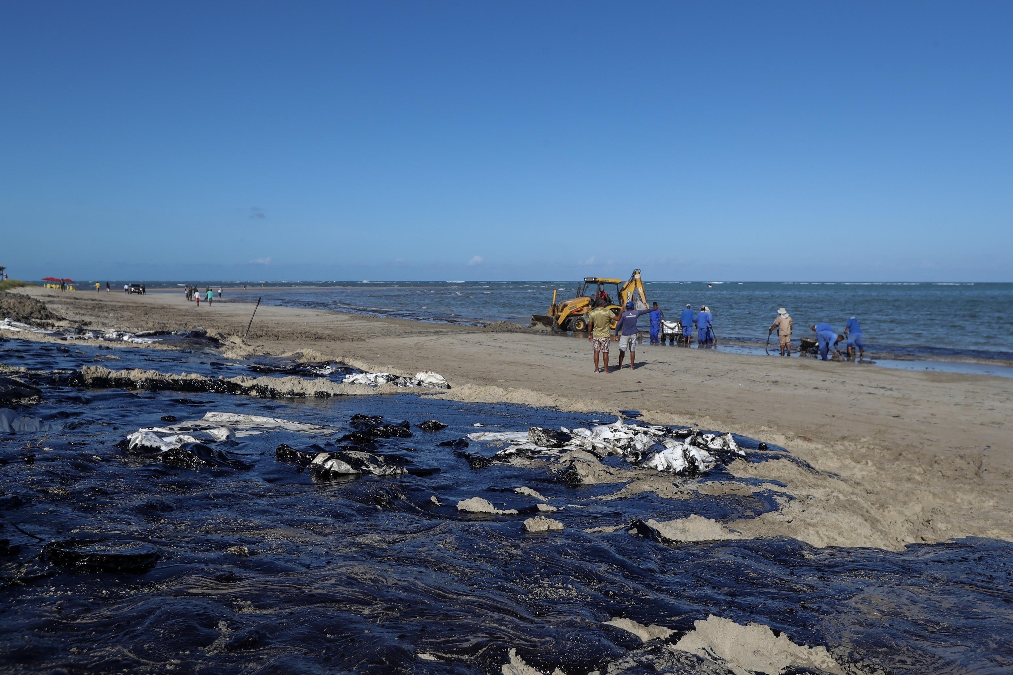 IMAGEM: 1,5 tonelada de óleo retirada de Morro de São Paulo