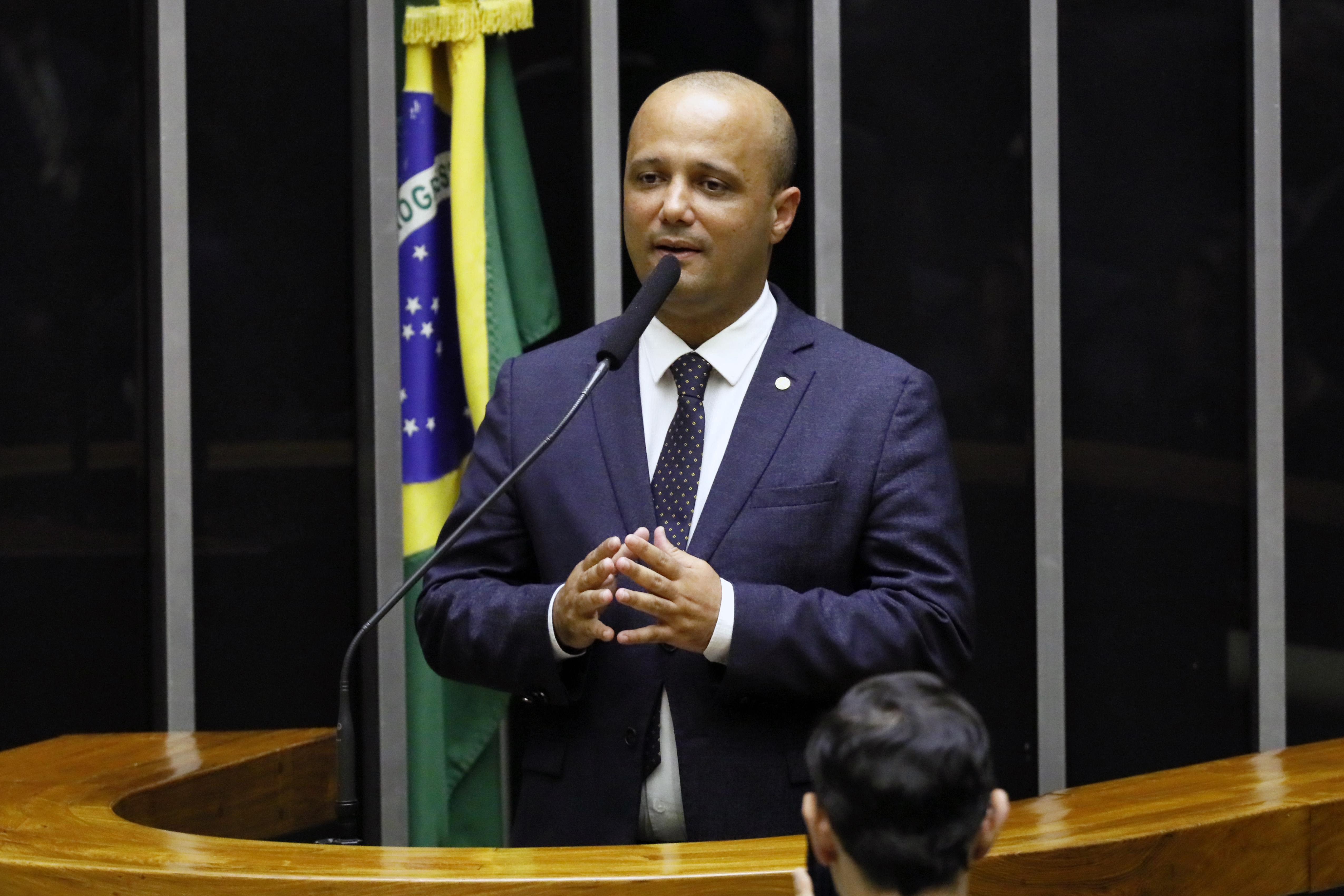 IMAGEM: Governo votará contra PL das fake news, diz Vitor Hugo