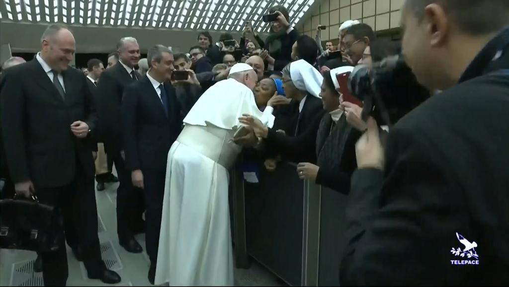 IMAGEM: Francisco tasca um beijo em freira e pede que ela não o morda