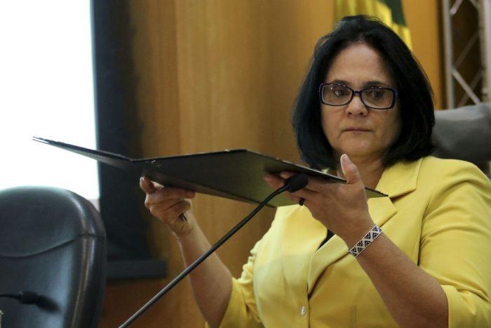 """IMAGEM: Ministério de Damares divulga política para """"iniciação sexual tardia"""""""