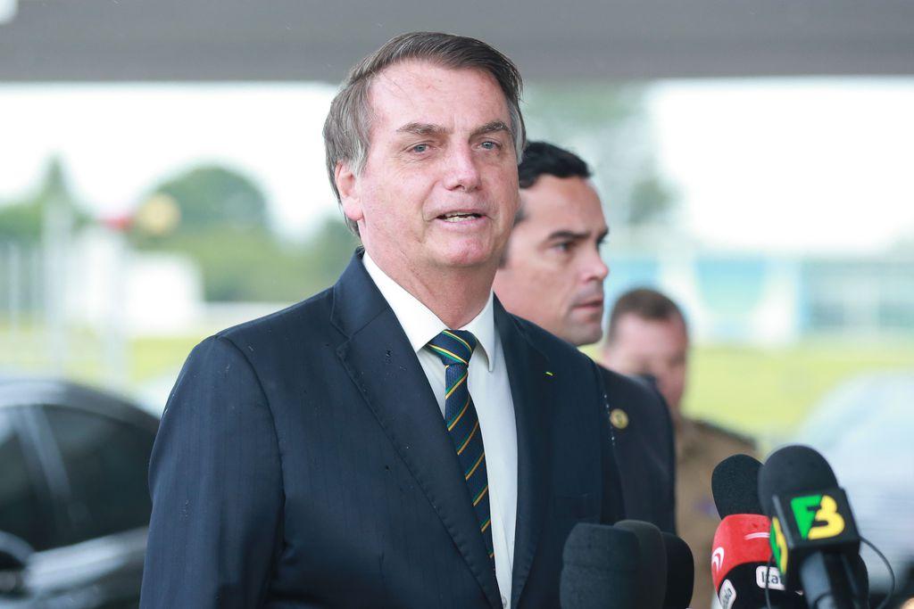 """IMAGEM: """"Não faríamos isso com ninguém"""", diz Bolsonaro sobre brasileiros deportados com algemas"""