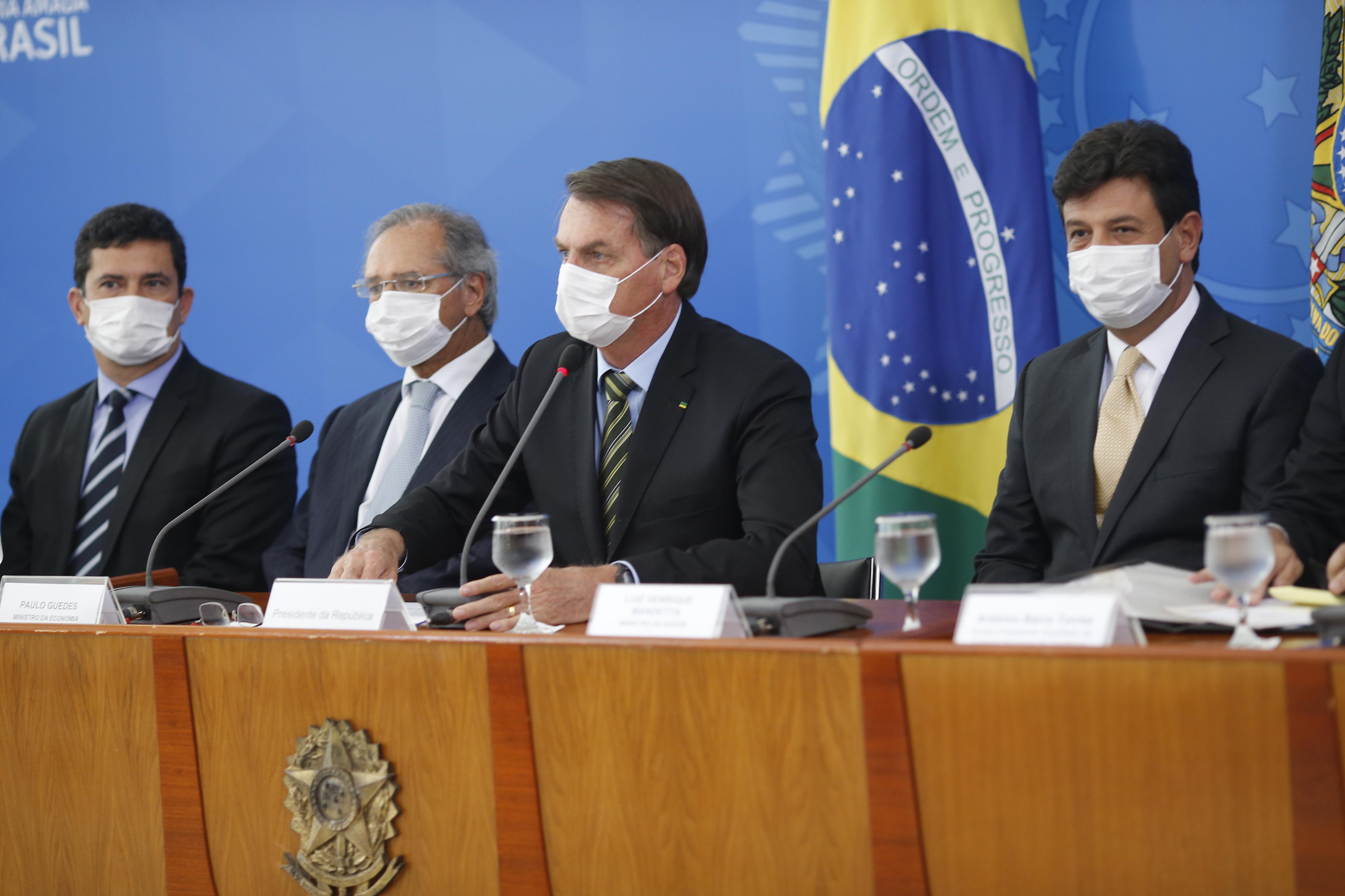 IMAGEM: Mandetta sobe, Bolsonaro desce