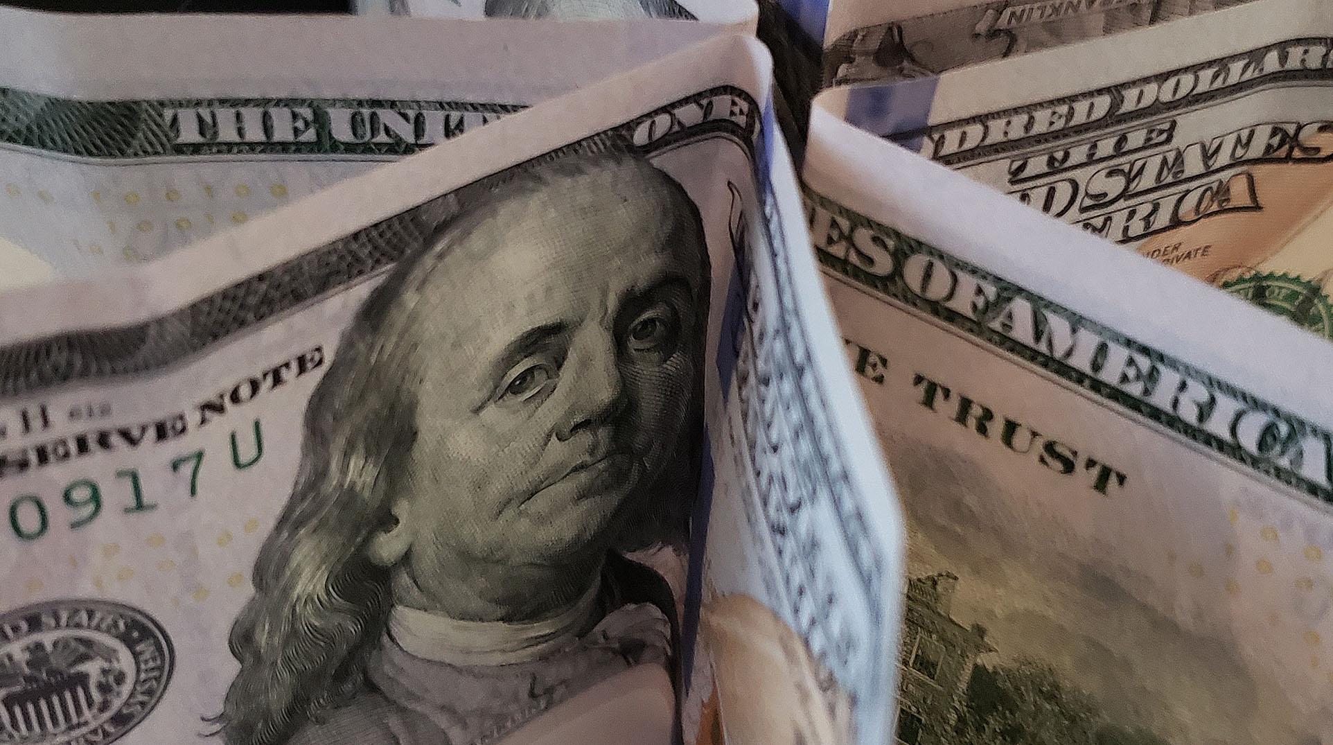 IMAGEM: Dólar recua e fecha no menor nível em quase um ano