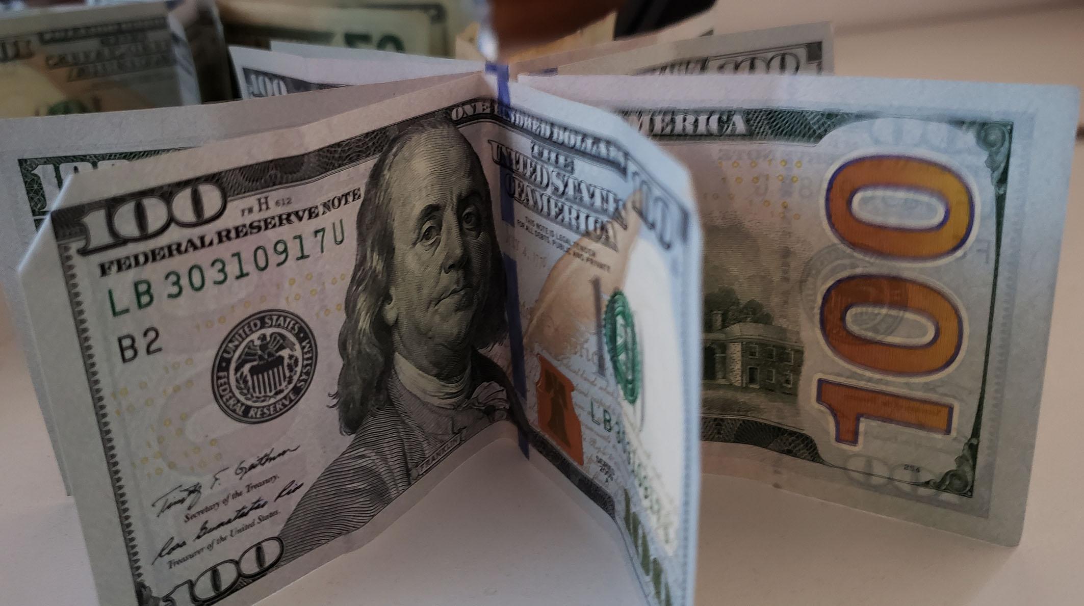 IMAGEM: Dólar sobe e Bolsa cai com receio de rompimento do teto de gastos