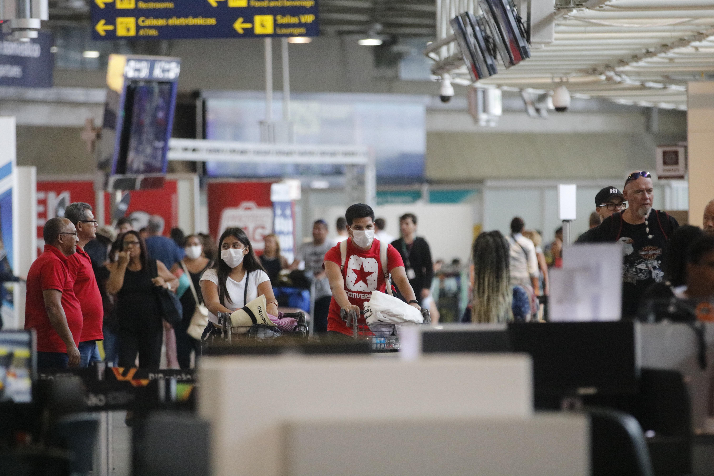 IMAGEM: No Rio, Vigilância Sanitária mede temperatura de passageiros em aeroporto