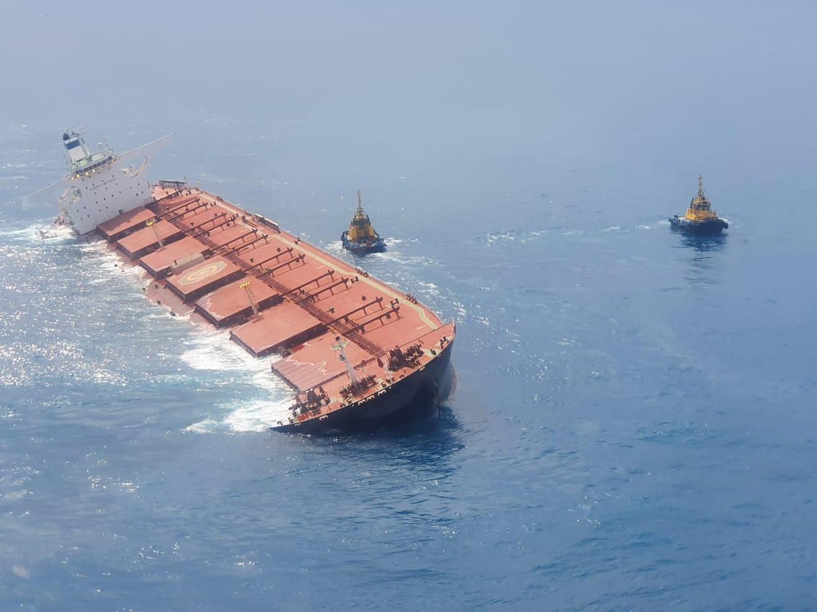 IMAGEM: Marinha descarta vazamento de óleo e minério em navio encalhado no MA