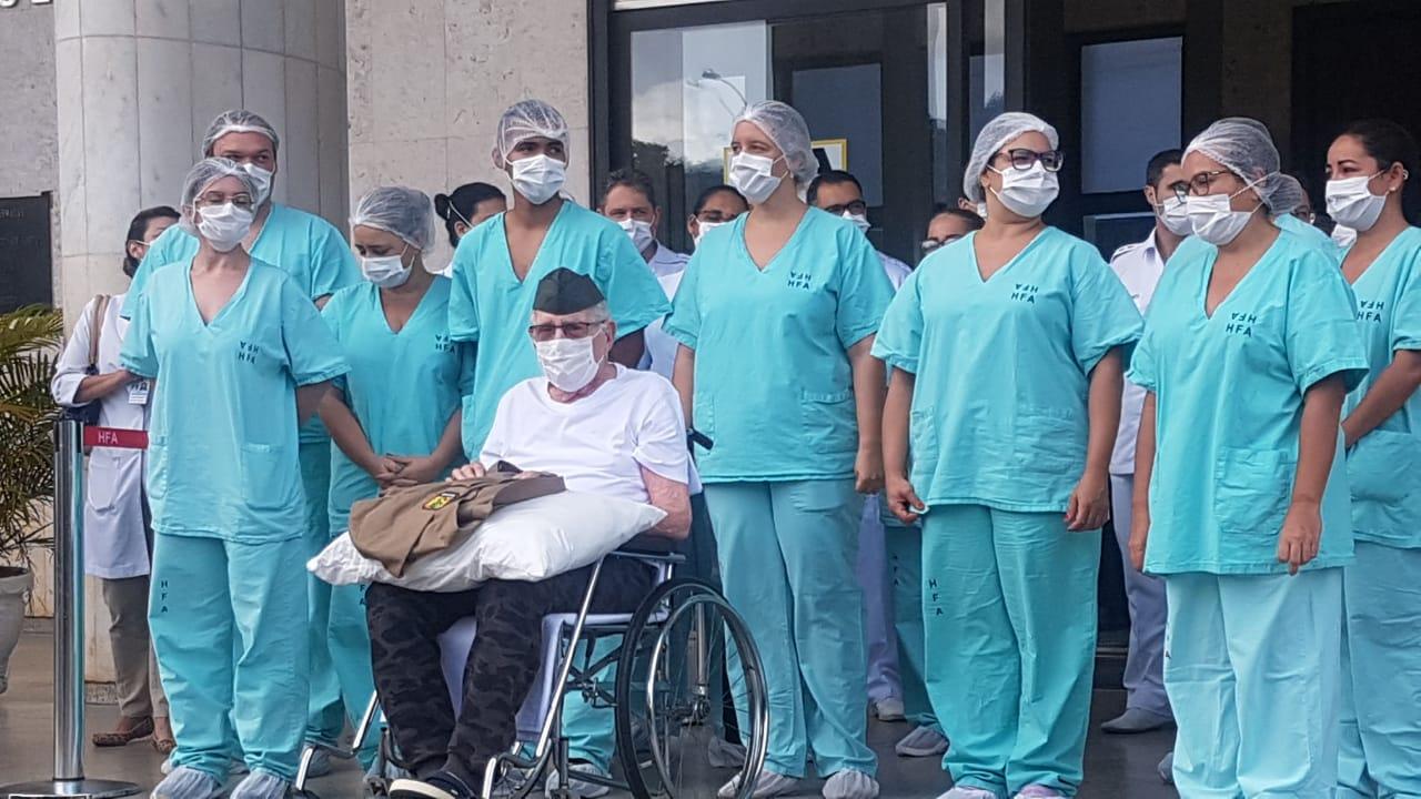 IMAGEM: Ex-combatente de 99 anos recebe alta após ser curado de Covid-19; veja fotos