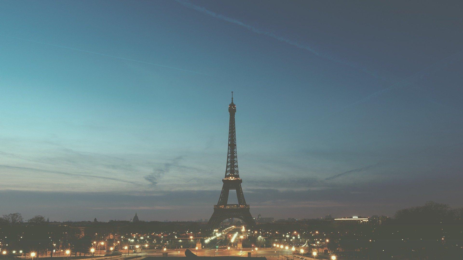 IMAGEM: França anuncia toque de recolher