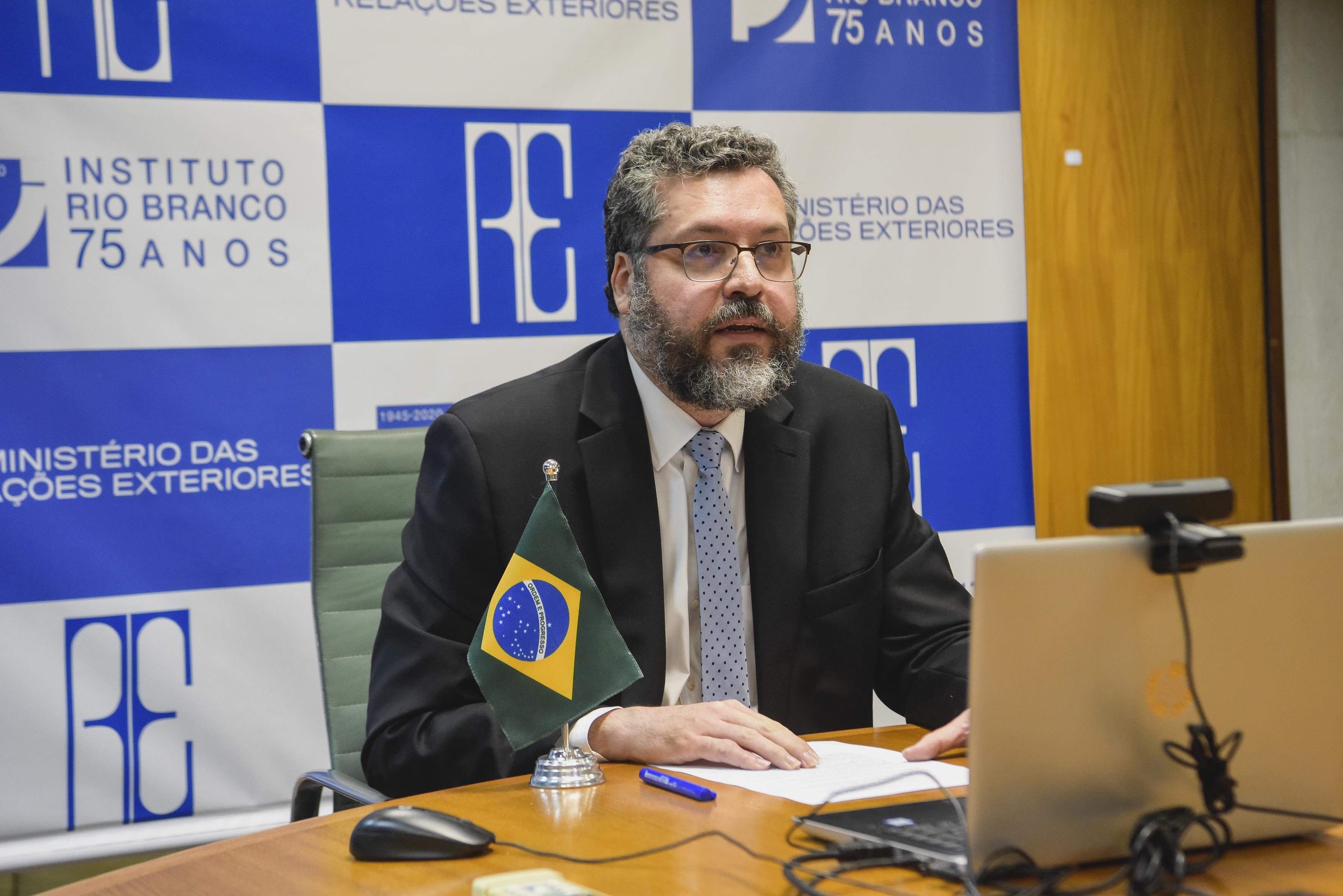 IMAGEM: Prefeitos pedem a saída de Ernesto Araújo