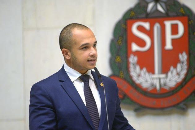 IMAGEM: Juiz nega indenização a estudante citado em dossiê de Douglas Garcia